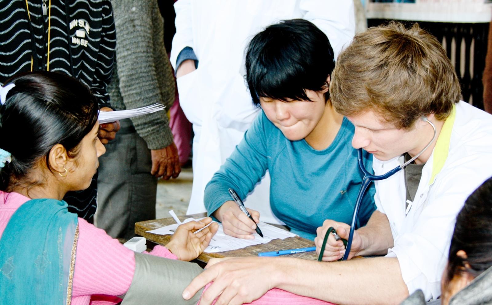 ネパールの地域住民に基礎ヘルスケアを提供する看護インターンたち